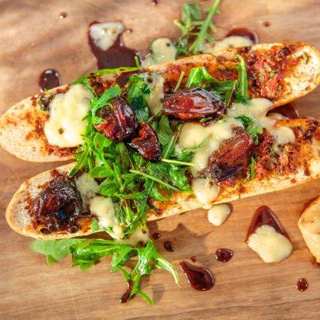 Bagietki z camembertem i suszonymi pomidorami polane tymiankową oliwą Tomka Jakubiaka