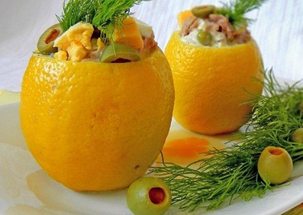 Cytryny faszerowane lekką sałatką z tuńczykiem