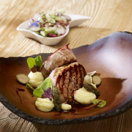 Grill: Medaliony z polędwicy wołowej  nadziewane serem pleśniowym - Krok po kroku