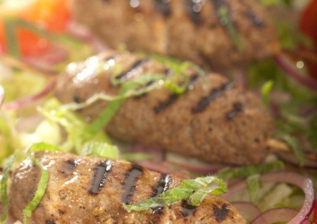 Grill: Szaszłyczki z mięsa baraniego z kardamonem  podane z sałatką z cebuli i papryki