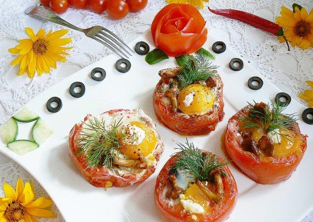 Grillowane jajka w pomidorach z kurkami