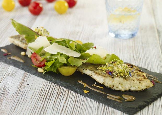 Grillowany filet z sandacza z sałatką z rukoli i pomidorów podany z sosem balsamico - Krok po kroku