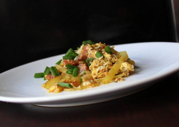 Jajecznica z estragonem i wiórkami suszonych pomidorów