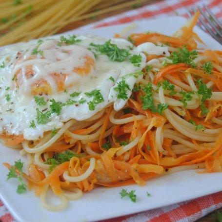 Marchewkowe spaghetti z jajkiem sadzonym