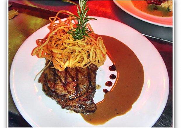 Stek z polędwicy z grilla – średnio wysmażony.