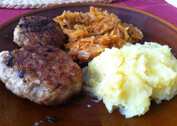 Obiad tradycyjny: kotlet mielony z ziemniakami i kapustą zasmażaną