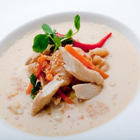 Orientalna zupa z kurczakiem, krewetkami i mlekiem kokosowym Konrada Birka