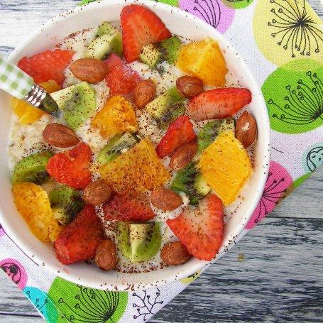 Owsianka z owocami i orzechami