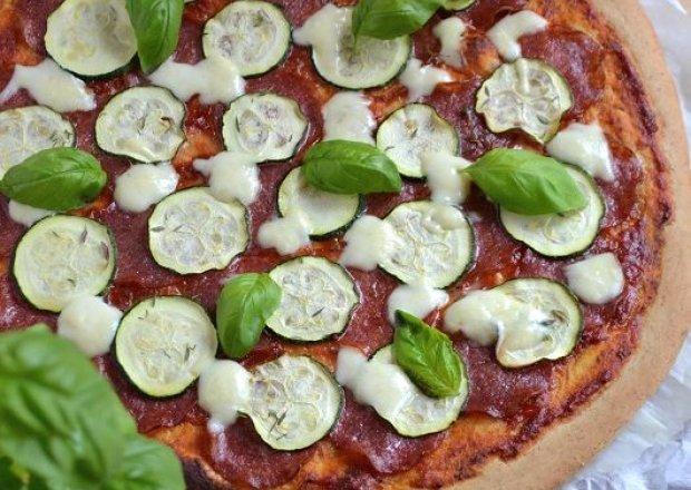 Pełnoziarnista pizza z cukinią, salami i mozzarellą