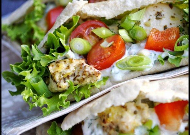 Pita z kurczakiem w greckim stylu