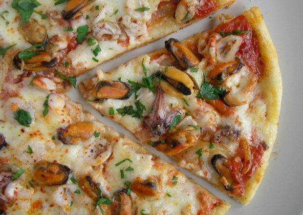 Pizza na cienkim cieście z owocami morza