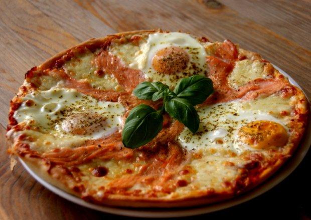 Pizza z jajkiem i łososiem.