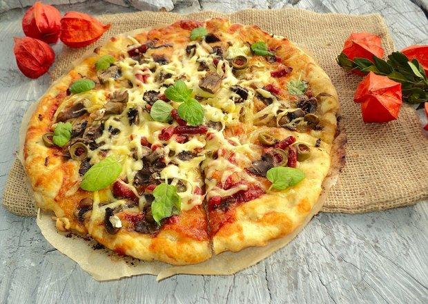 Pizza z kabanosem długo dojrzewajacym mozarellą  pieczarkami  cebulą