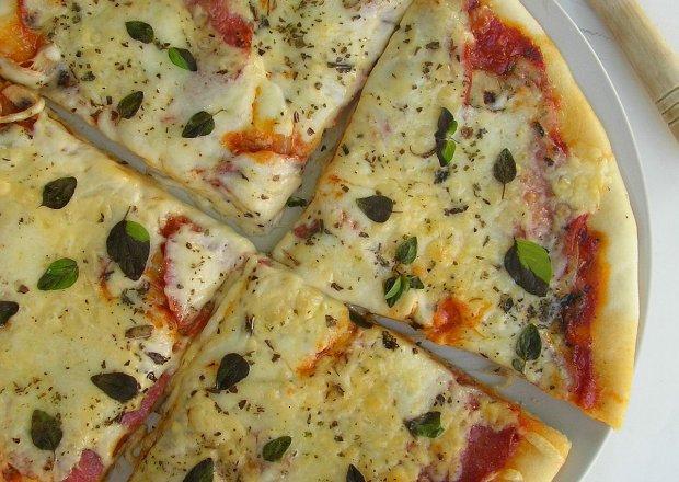 Pizza z salami, pieczarkami i mozzarellą