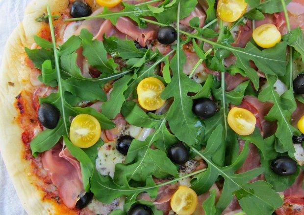 Pizza z szynką parmeńską, mozzarellą i rukolą