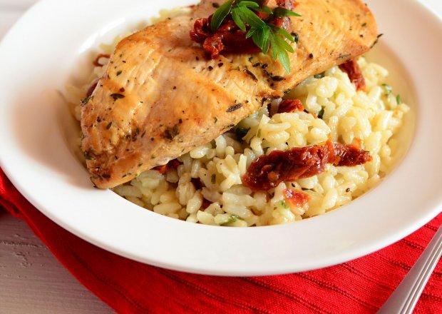 Risotto z suszonymi pomidorami i grillowaną piersią kurczaka