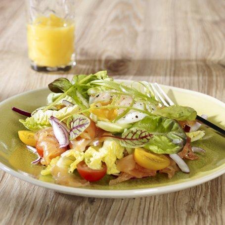 Sałatka sezonowa z plastrami wędzonego łososia norweskiego z jajkiem w koszulce i sosem francuskim - Krok po kroku