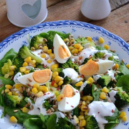Sałatka z brokułami, szpinakiem, kukurydzą i jajkami