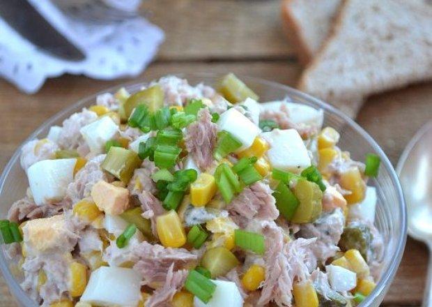 Sałatka z tuńczyka, kukurydzy, jajek i ogórków