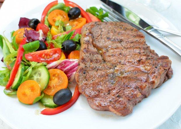 Stek wołowy z grilla z lekką sałatą