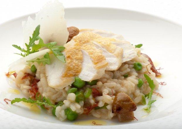 Szafranowe risotto z borowikami, pomidorami suszonymi i pieczoną piersią kurczaka Konrada Birka