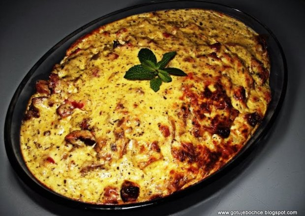 Zapiekanka ziemniaczana z kiełbasą, boczkiem i warzywami
