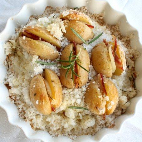 Ziemniaki z boczkiem i cebulką pieczone w gruboziarnistej soli morskiej