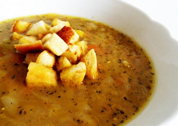 Zupa cebulowa ze świeżym estragonem i grzankami