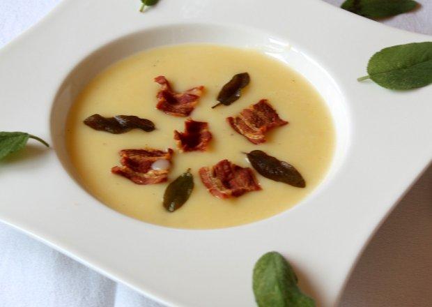 Zupa krem z młodych ziemniaków z szałwią i chipsami z bekonu